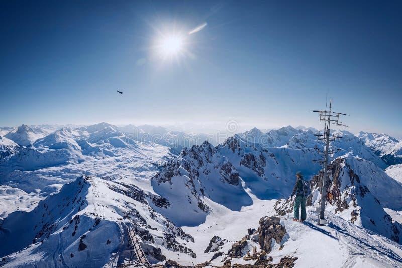 Person oben auf dem schneebedeckten Berg unter freiem Himmel stockbilder