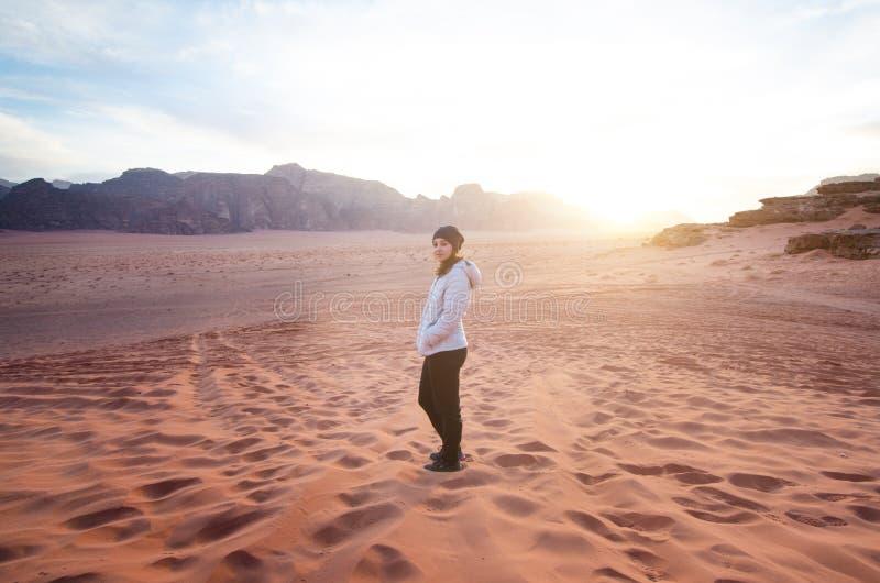 Person på en överkant av berg i en öken Solnedgångsikt Natur Det turist- folket tycker om ett ögonblick i en natur Wadiromnationa royaltyfri bild