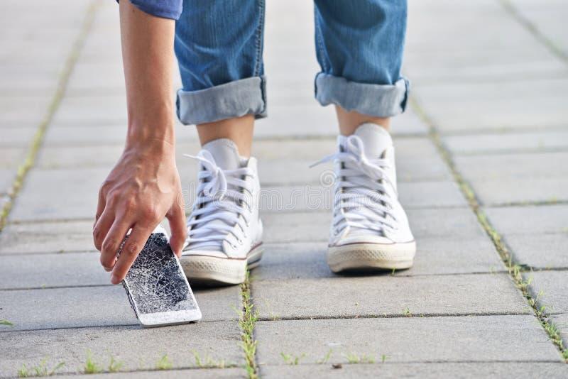 Person Picking Broken Smart Phone royaltyfri foto