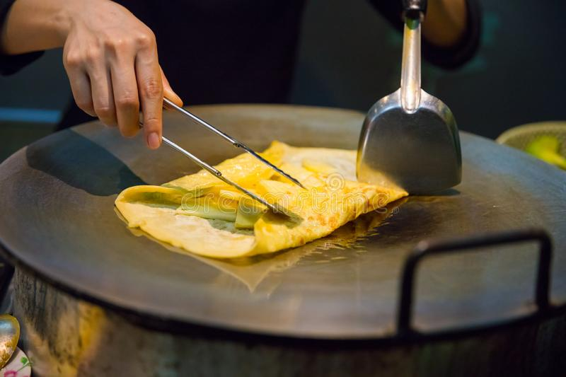 Person Preparing Pineapple Pancake At-Markt-Stall lizenzfreie stockfotos