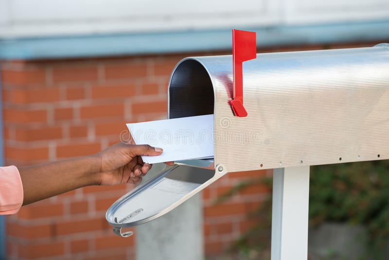Person Putting Letters In Mailbox royalty-vrije stock afbeeldingen