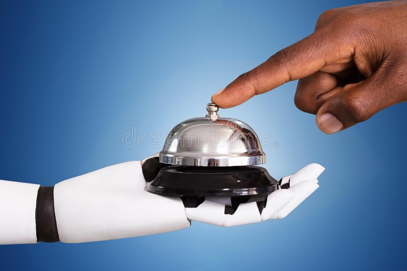 Person Ringing Service Bell Hold par le robot images stock
