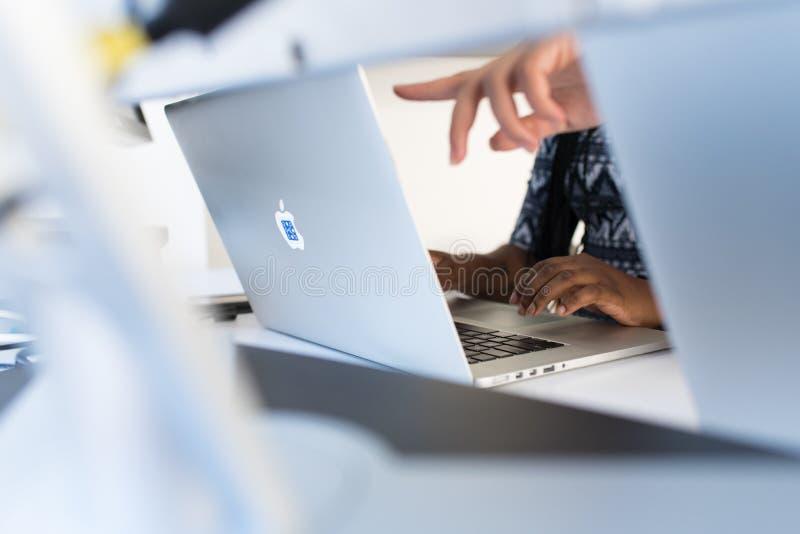 Person' s-Finger, die in Macbook Pro zeigen stockfotos