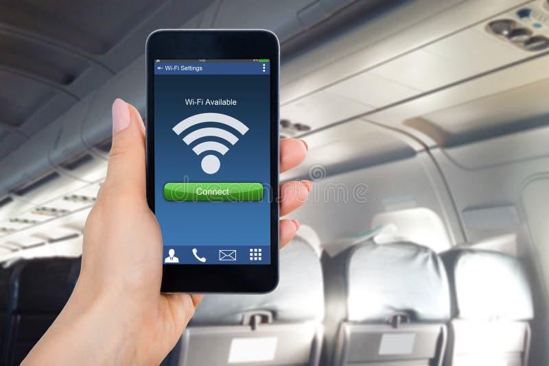 Person ` s Hand, die den Handy zeigt WiFi-Verbindung hält lizenzfreie stockfotos