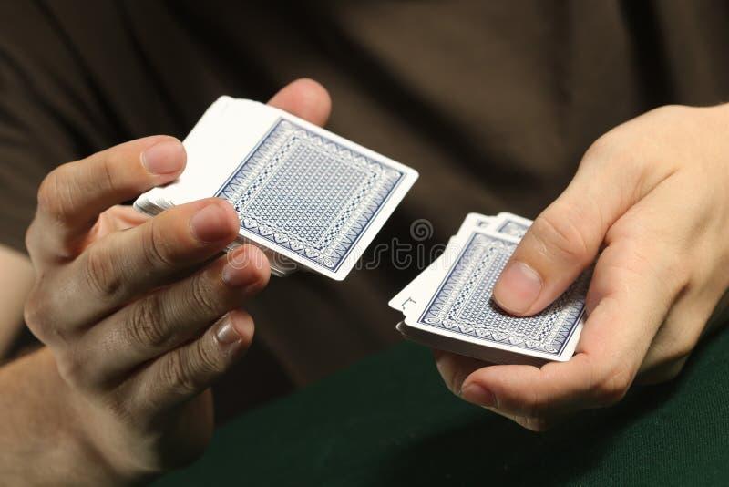 Person Shuffling ein Kartenstapel lizenzfreie stockfotografie