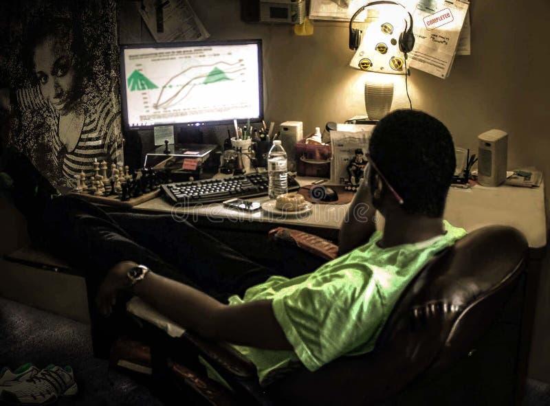 Person sitzt vor Computer lizenzfreies stockbild