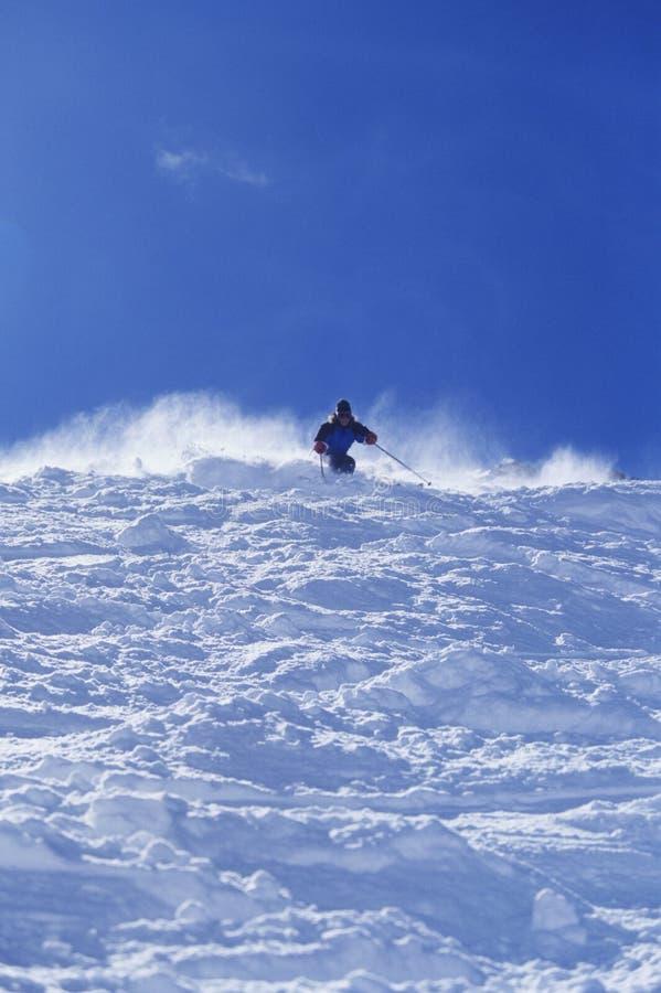 Person Skiing Against Sky photo libre de droits