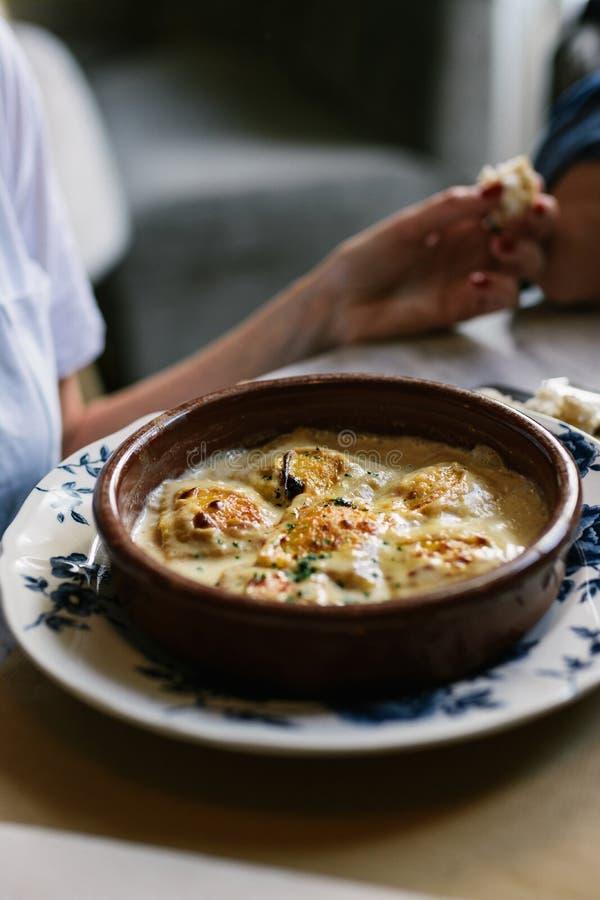 Person som äter raviolin med gratängost, i restaurang fotografering för bildbyråer