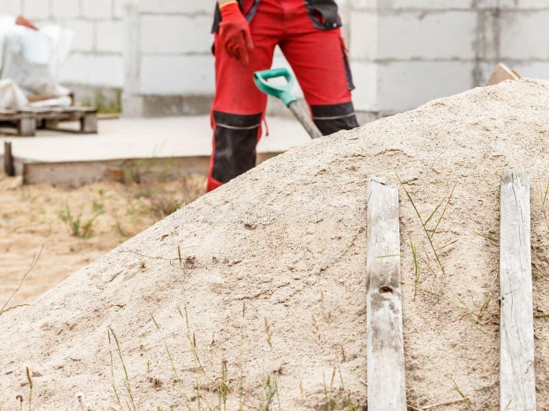 Person som använder skovel på byggarbetsplatsen arkivfoton