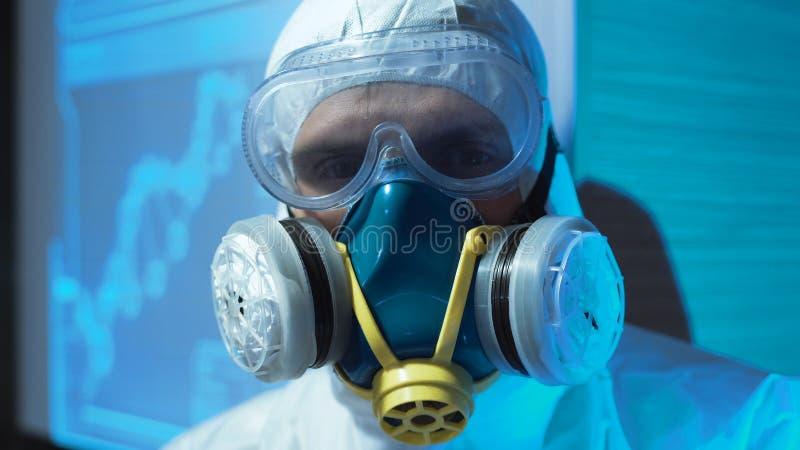 Person som bär en biohazarddräkt och maskering royaltyfri bild