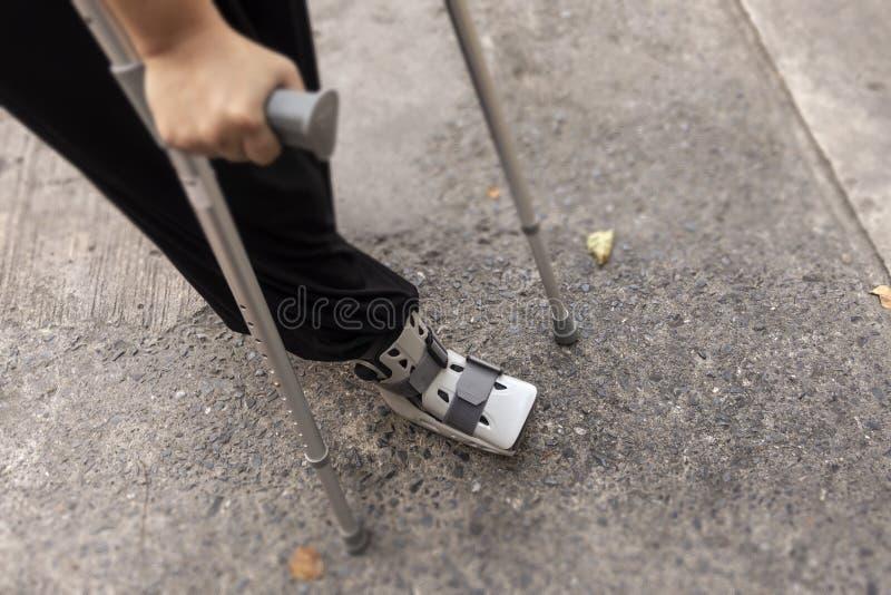 Person som går med den gå pinnen och orthopediskon royaltyfri bild