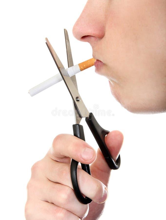 Person som klipper en cigarett arkivbild