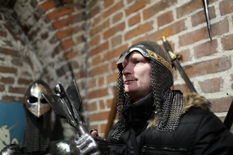 Person som poserar med forntida vapen royaltyfri foto