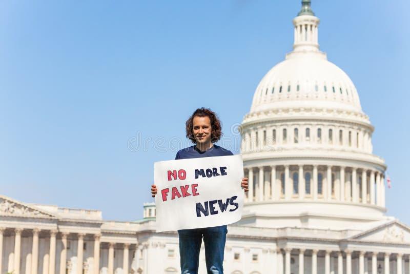 Person som protesterarinnehavtecknet som säger fejkar inte mer, nyheterna arkivbilder