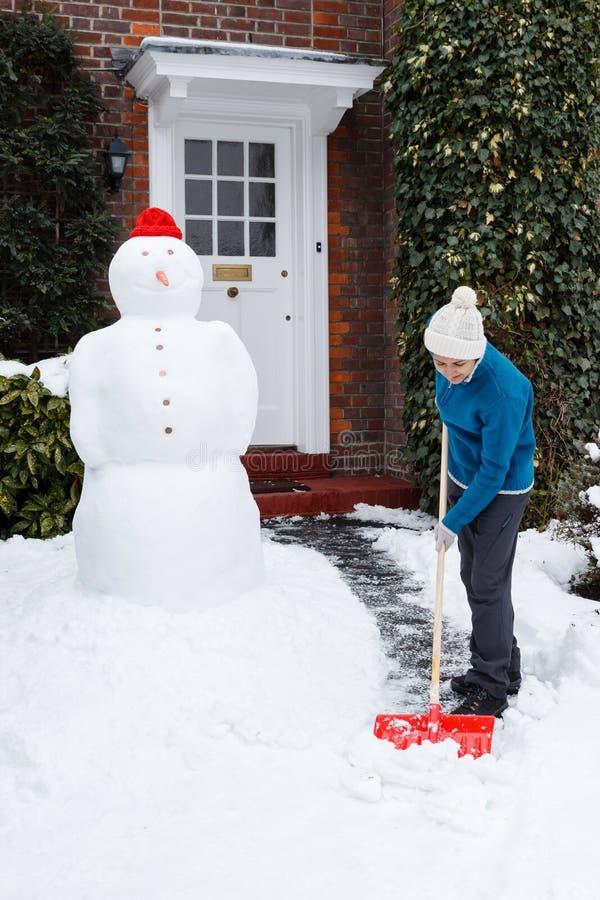 Person som skyfflar snow royaltyfria foton