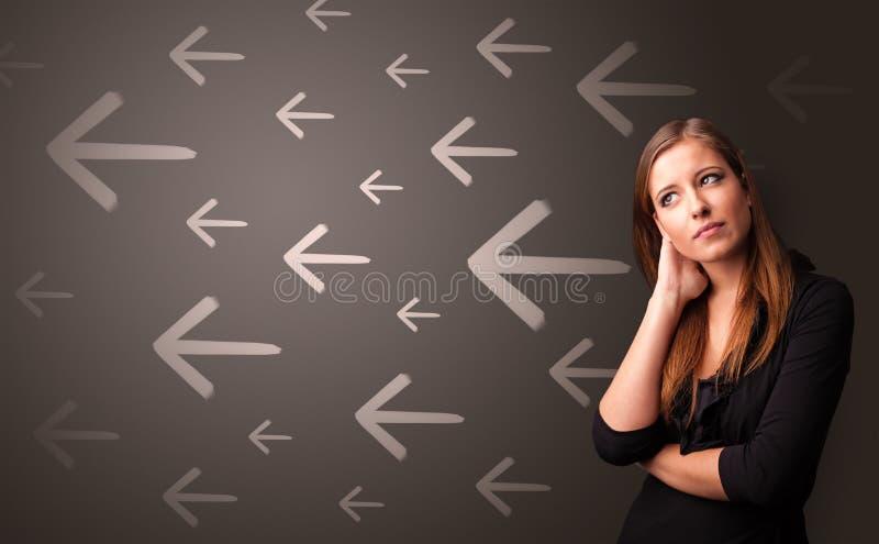 Person som tänker med riktningsbegreppsbakgrund arkivbilder