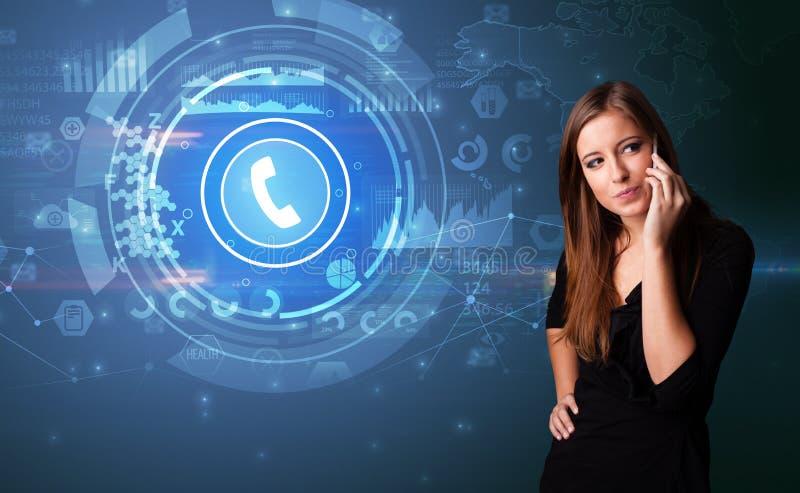 Person som talar på telefonen med att kalla begrepp arkivbild