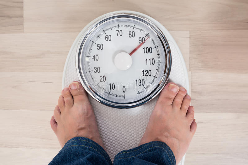 Person Standing On Weighing Scale stock afbeelding