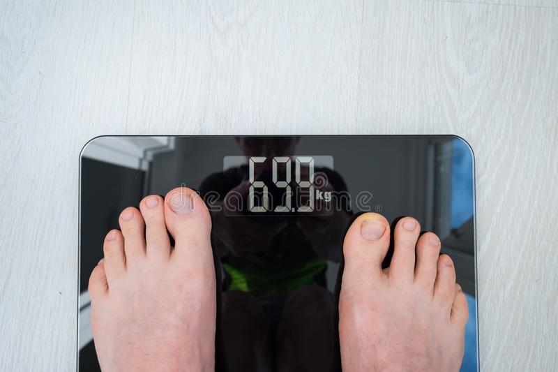 Person Standing On Weighing Scale royalty-vrije stock fotografie