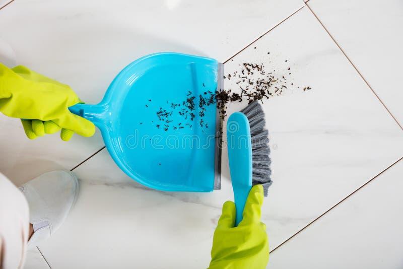 Person Sweeping Floor With Broom en Blik stock fotografie