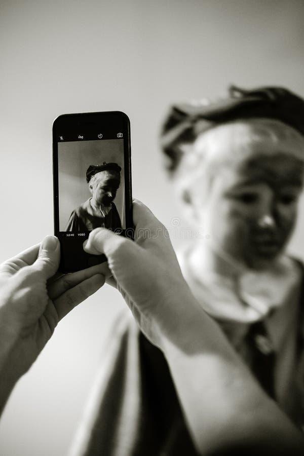 Person Taking Photo Della Foto Di Gradazione Di Grigio Della Statua Dominio Pubblico Gratuito Cc0 Immagine