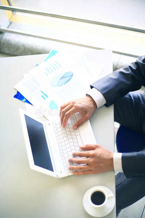 Person Typing em um portátil moderno imagem de stock