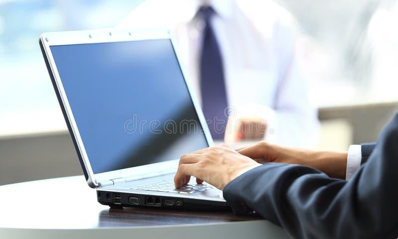 Person Typing em um portátil moderno imagens de stock royalty free