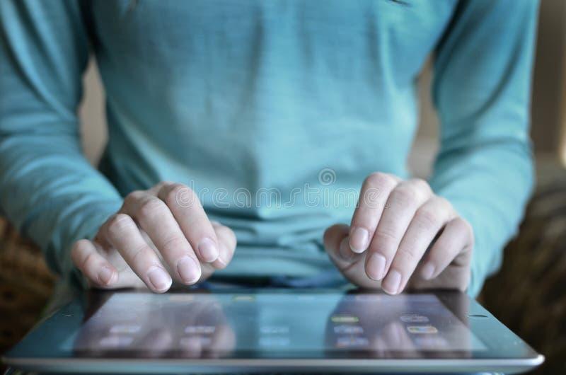 Person Typing på minnestavlaförbindande internetkommunikationer arkivfoto