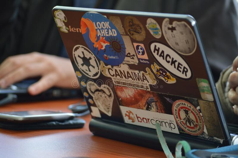 Person Using Black Laptop Computer stockbild