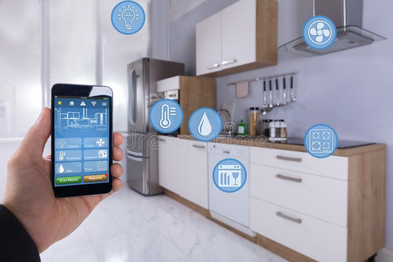Person Using Smart Home Application sur Smartphone image stock
