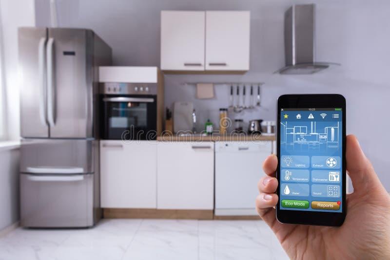 Person Using Smart Home System en el móvil fotos de archivo