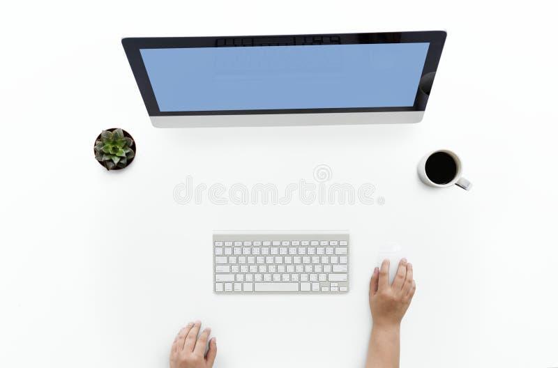 Person vor Computer lizenzfreies stockbild