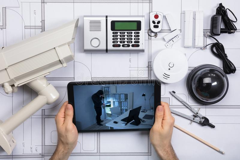 Person Watching Viewed Security Camera en el teléfono móvil fotografía de archivo