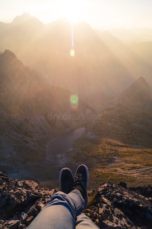 Person Wearing Black Sneakers Sitting in Berg royalty-vrije stock foto