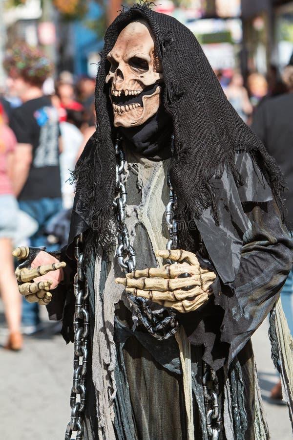Person Wearing Grim Reaper Costume prepara-se para a parada de Dia das Bruxas fotografia de stock