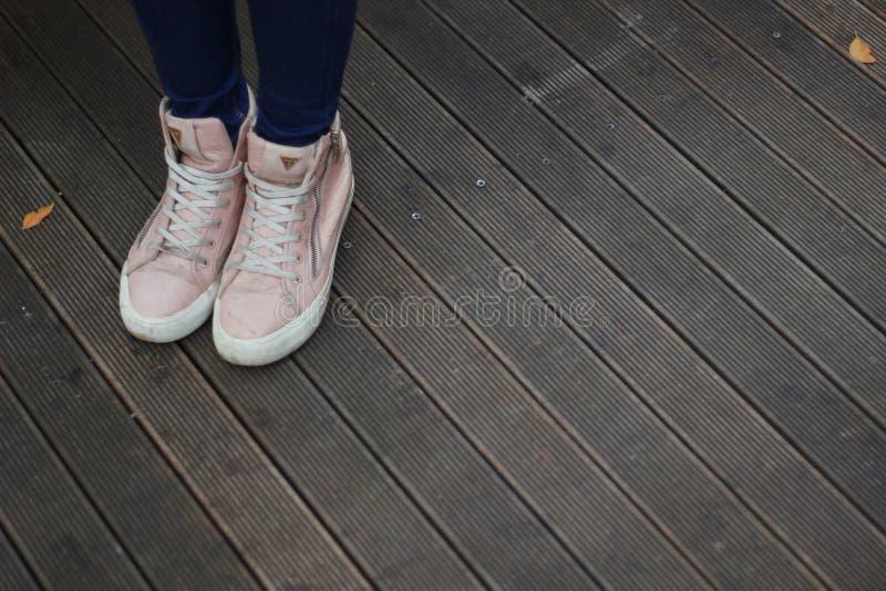 Person Wearing Pink und weiße hohe Spitzenturnschuhe lizenzfreie stockfotografie