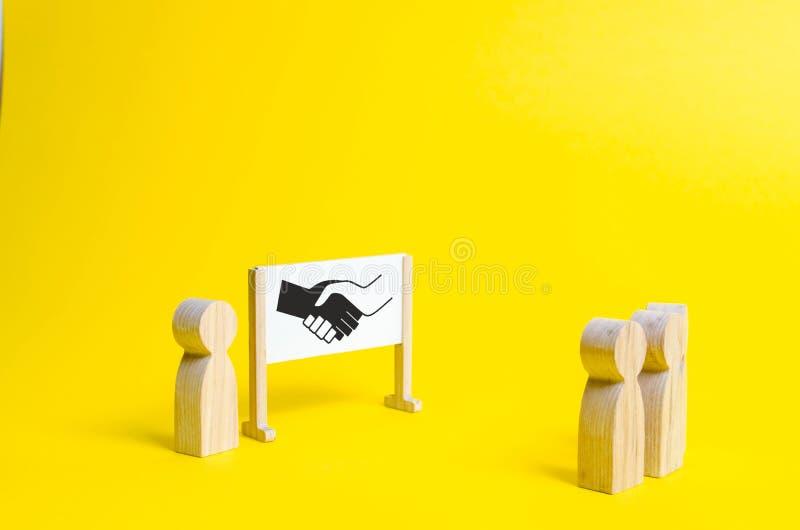 Person am whiteboard versucht, einen Konflikt oder eine Vereinbarung zwischen zwei Personen zu lösen Orbiter, die Lösung lizenzfreie stockfotos