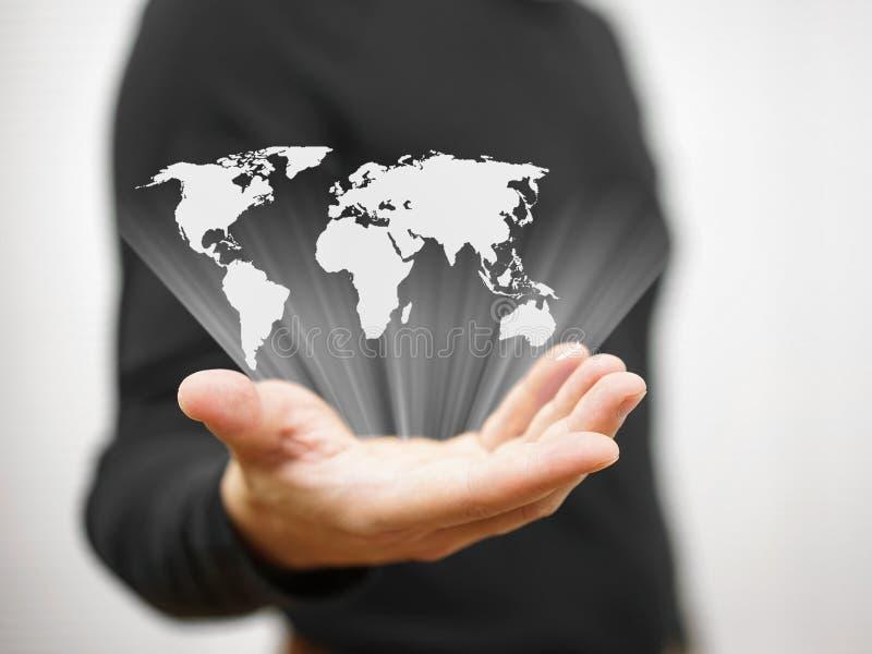 Person zeigt Weltkarte lizenzfreies stockbild