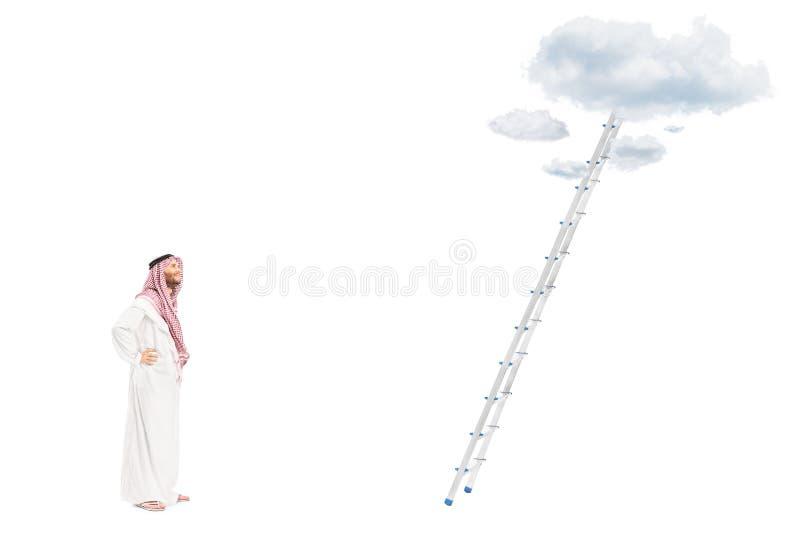 Persona árabe masculina que se coloca delante de una escalera fotos de archivo
