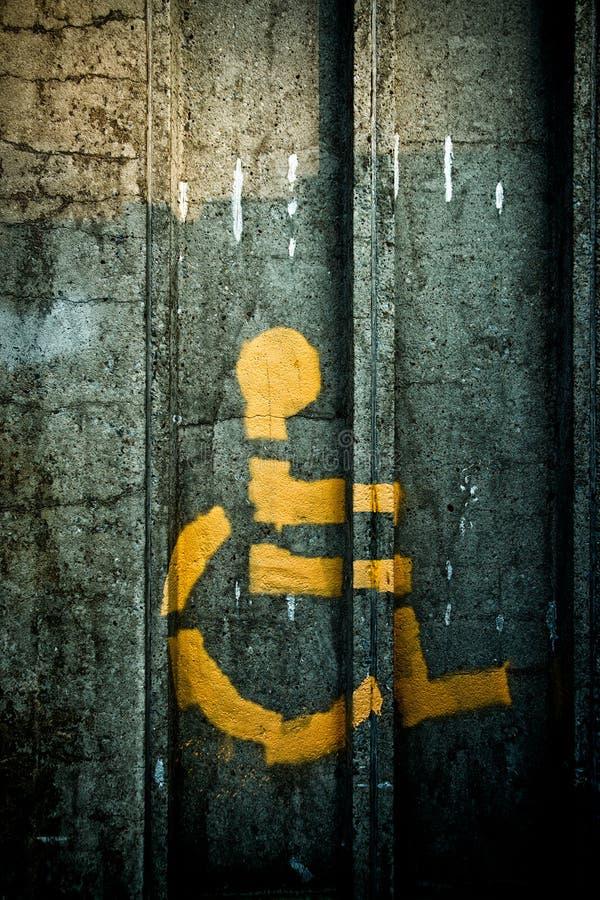 persona Aerosol-pintada en símbolo del sillón de ruedas fotografía de archivo