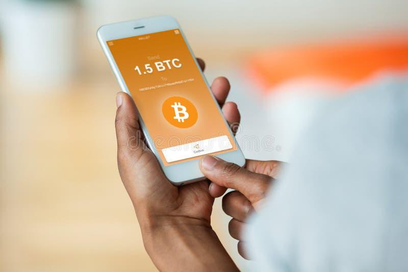 Persona afroamericana que envía un btc del bitcoin la transacción crypto fotografía de archivo
