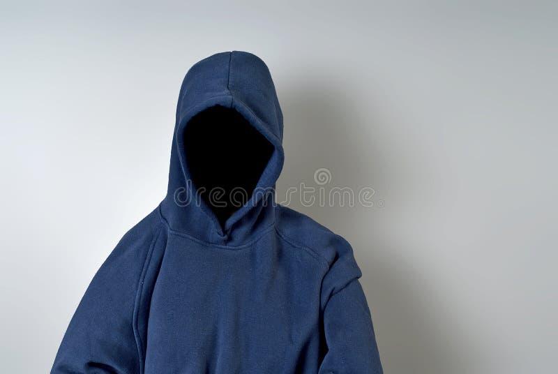 Persona anonima in Hoodie blu fotografia stock