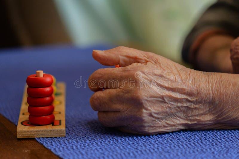 Persona anziana dopo riabilitazione del colpo immagini stock
