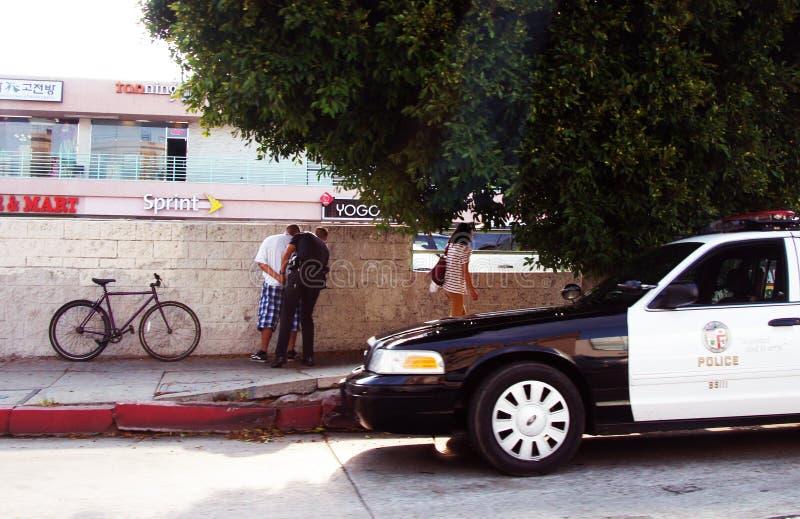 Persona arrestata vicino al volante della polizia fotografie stock libere da diritti