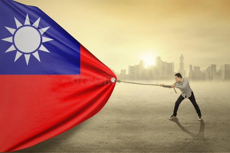 Persona asiática que tira de la bandera de Taiwán fotos de archivo