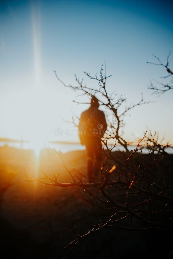 Persona caminando hacia la puesta de sol fotografía de archivo libre de regalías