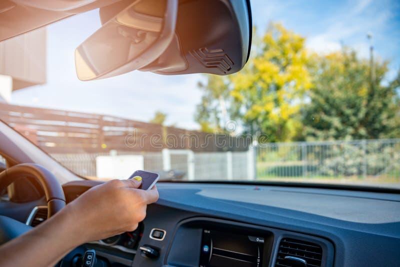 Persona che apre il portone automatico della proprietà con telecomando fotografie stock