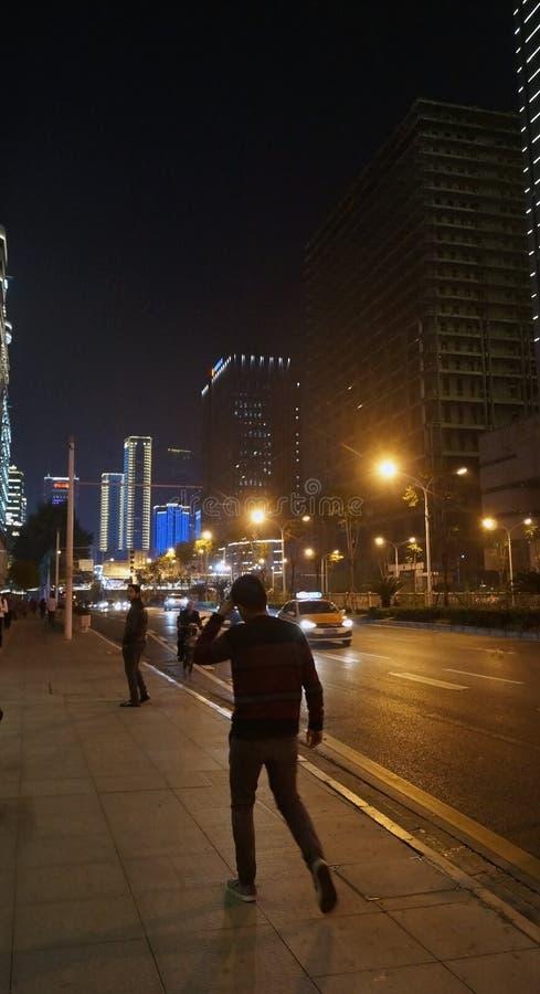 Persona che cammina per strada di notte immagine stock libera da diritti