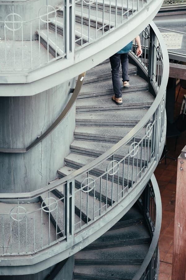 Uomo che sale scala corporativa con i missing del gradino for Disegnare una scala a chiocciola con autocad