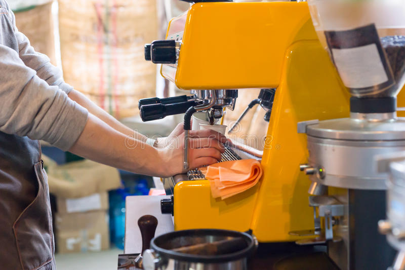 Persona che dispensa il caffè fresco del caffè espresso fotografia stock